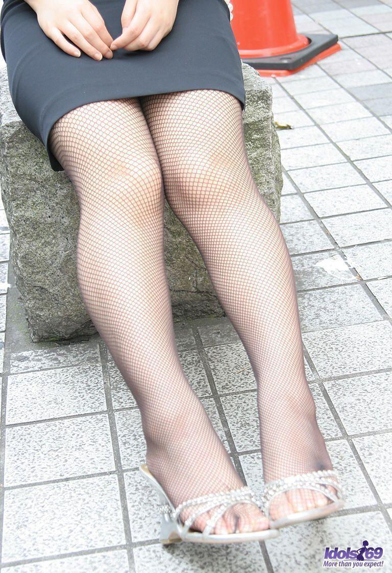 Japonesa de fio dental nua tomando gozada na cara