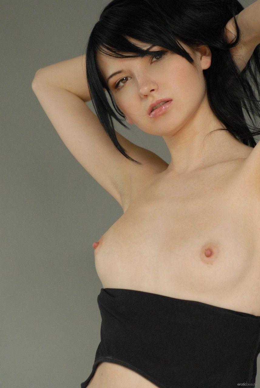 Magrela pelada e mostrando a ppk gostosa
