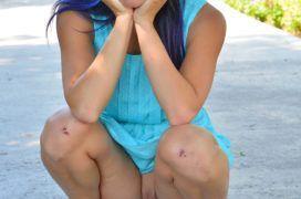 Morena de saia abrindo as pernas e mostrando a buceta em público
