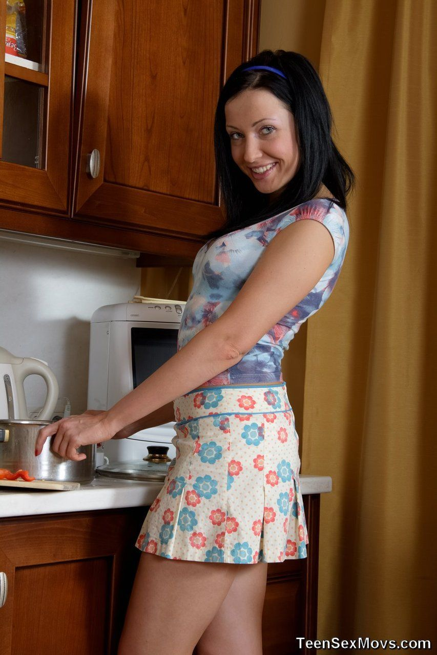 Fodendo uma bucetinha da menina na cozinha