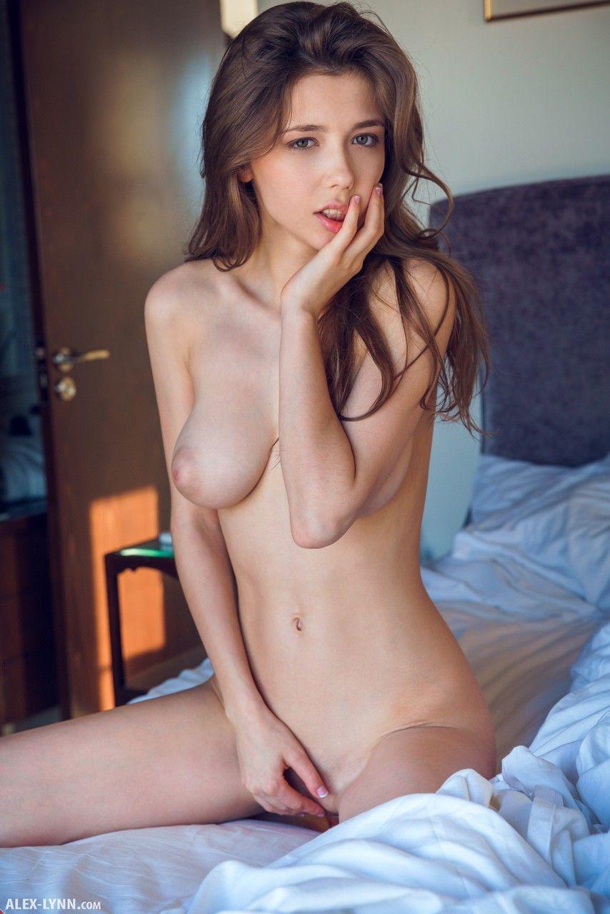 Garota de 18 aninhos mostrando a xoxotinha deitada na cama
