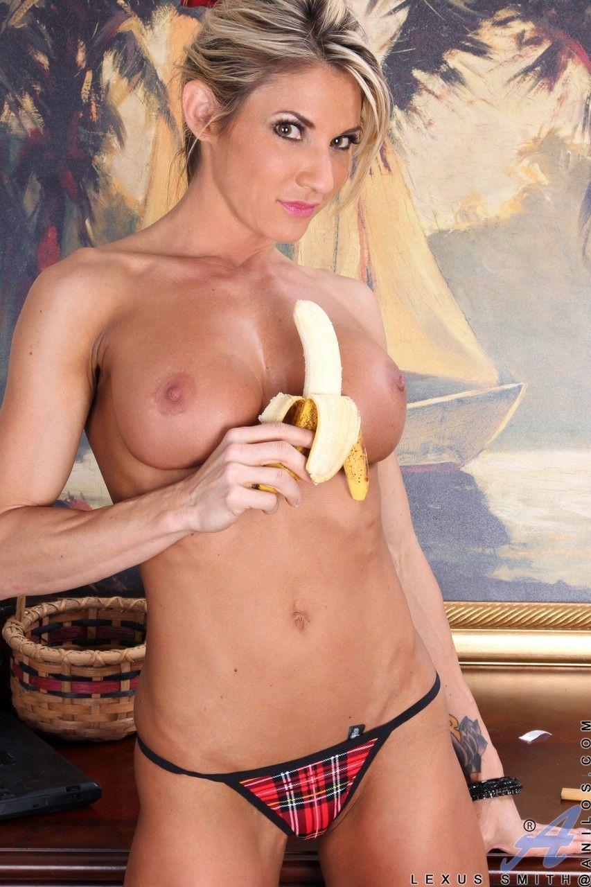 Gostosa sensualizando com uma banana