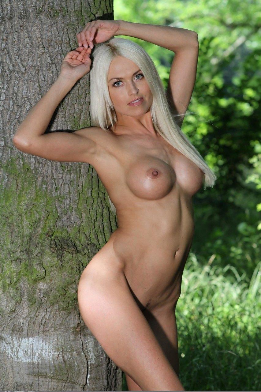 Linda loira magra ficando nua no mato