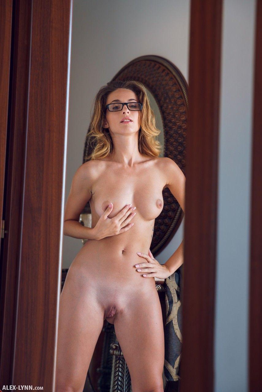 Loira de óculos mostrando seus peitos e também a buceta