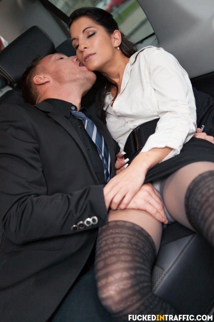 Safada de saia curta transando dentro do carro