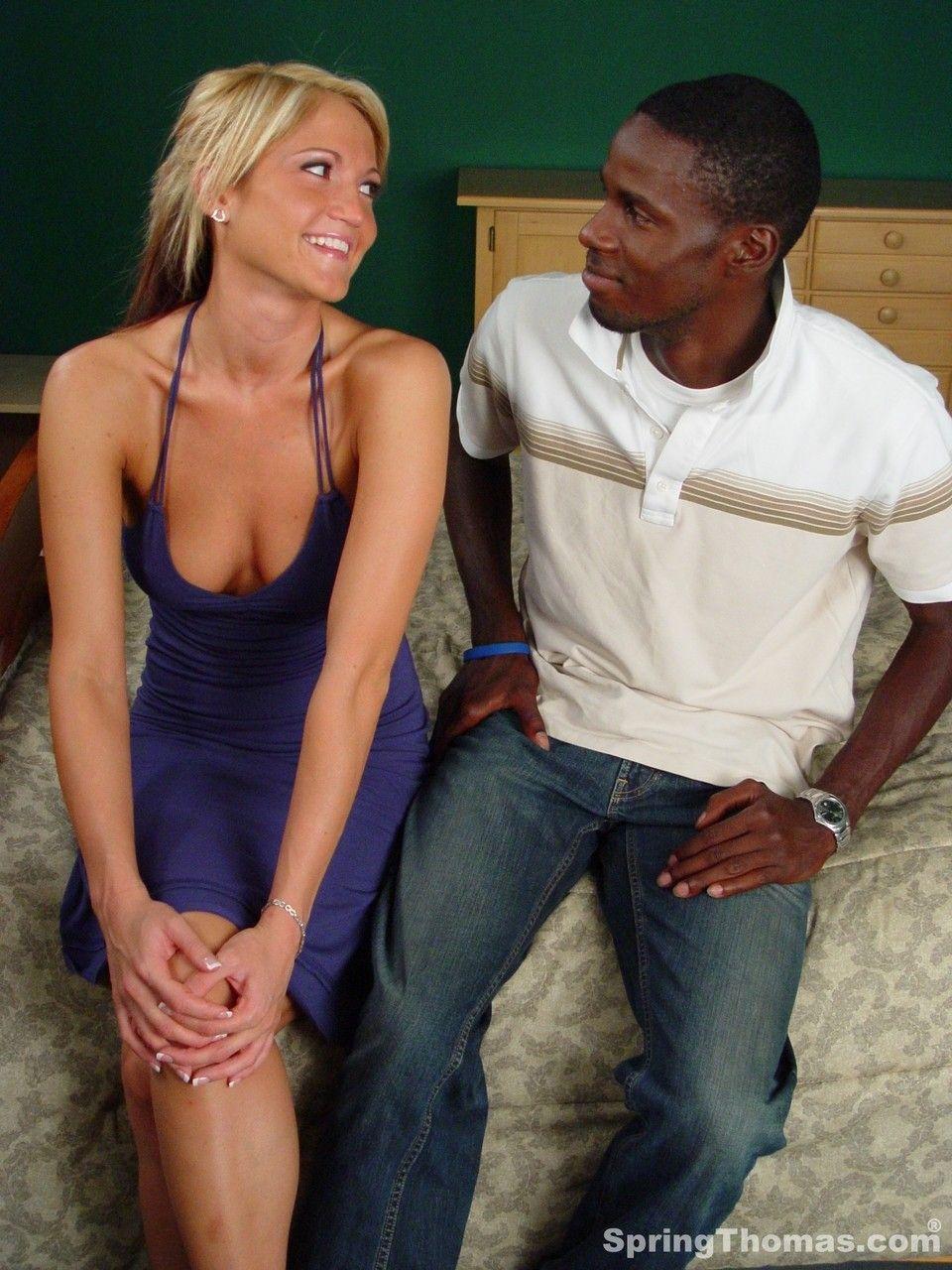 Safada de saia mostrando a buceta e transando com um negro