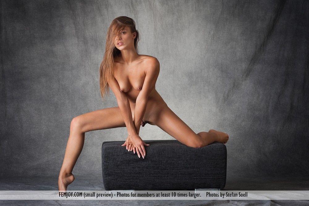 Safadinha magrela mostrando os peitos e a buceta