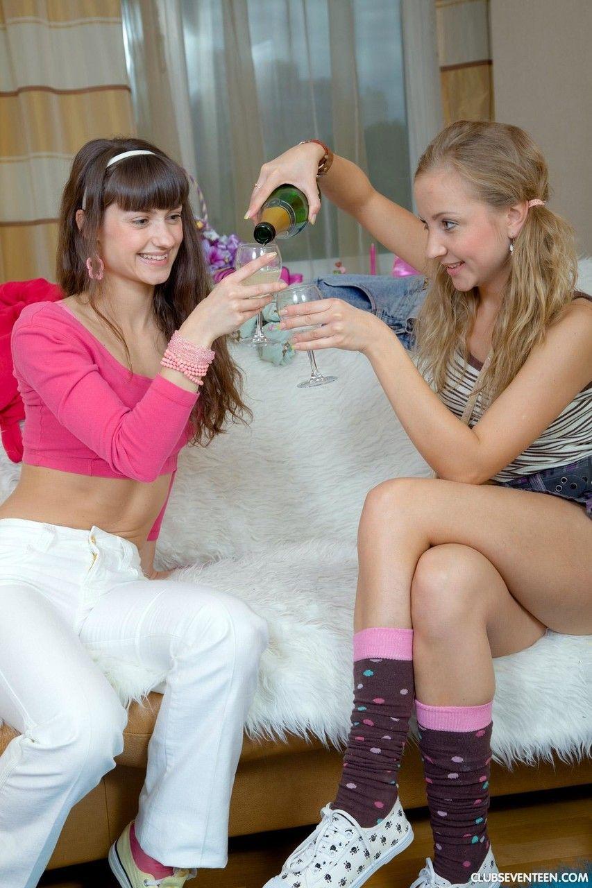 Duas ninfetas lésbicas brincando com masturbador
