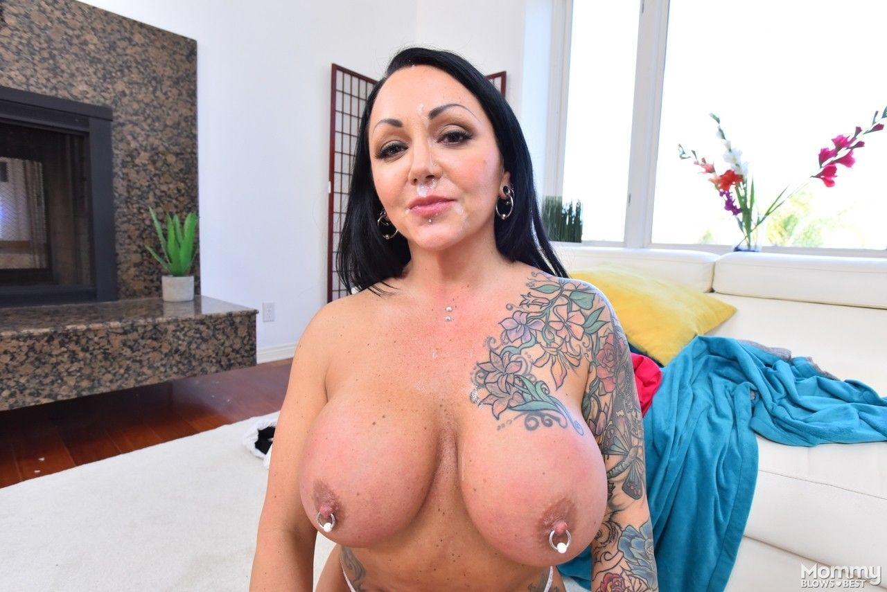 Gostosa tatuada e peituda com piercings em todo corpo