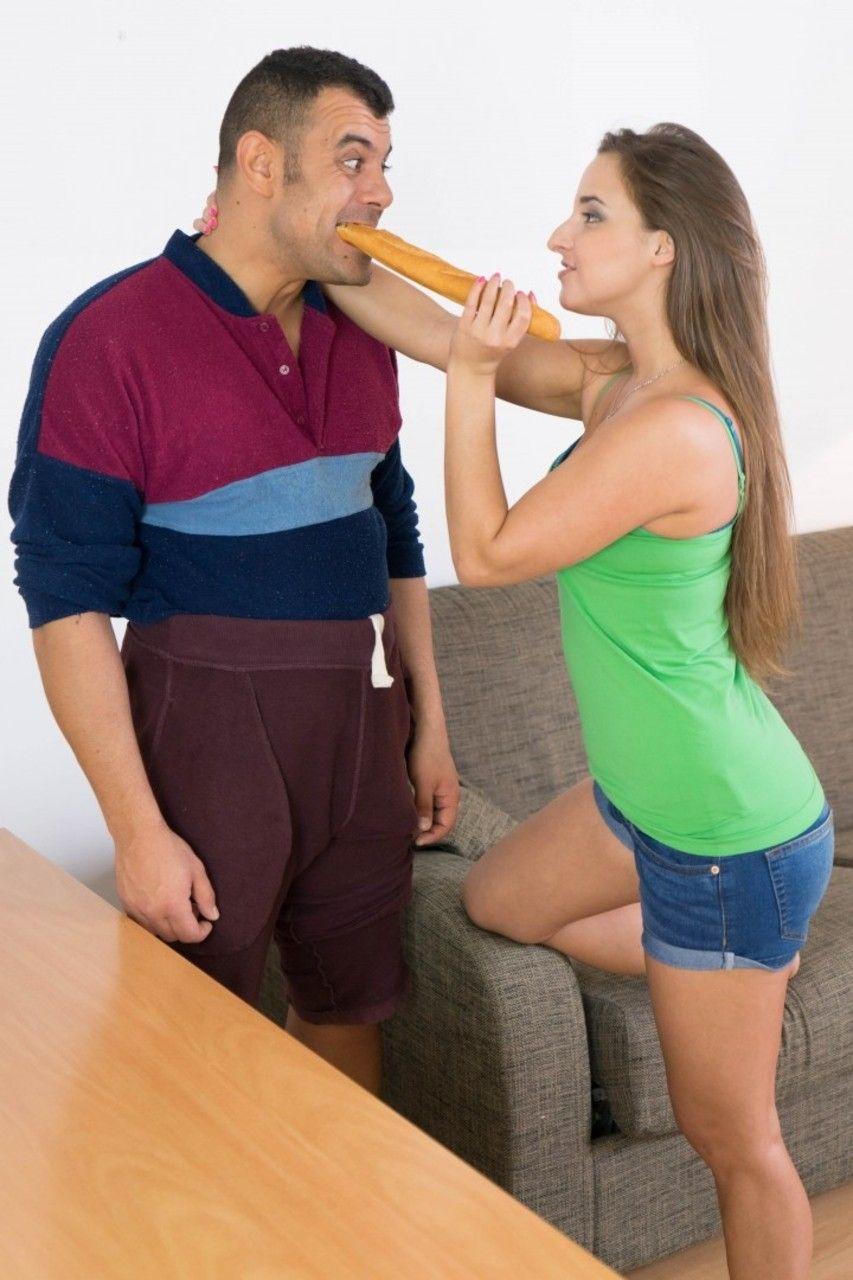 Morena novinha que seduziu e deixou o homem gozar na boquinha