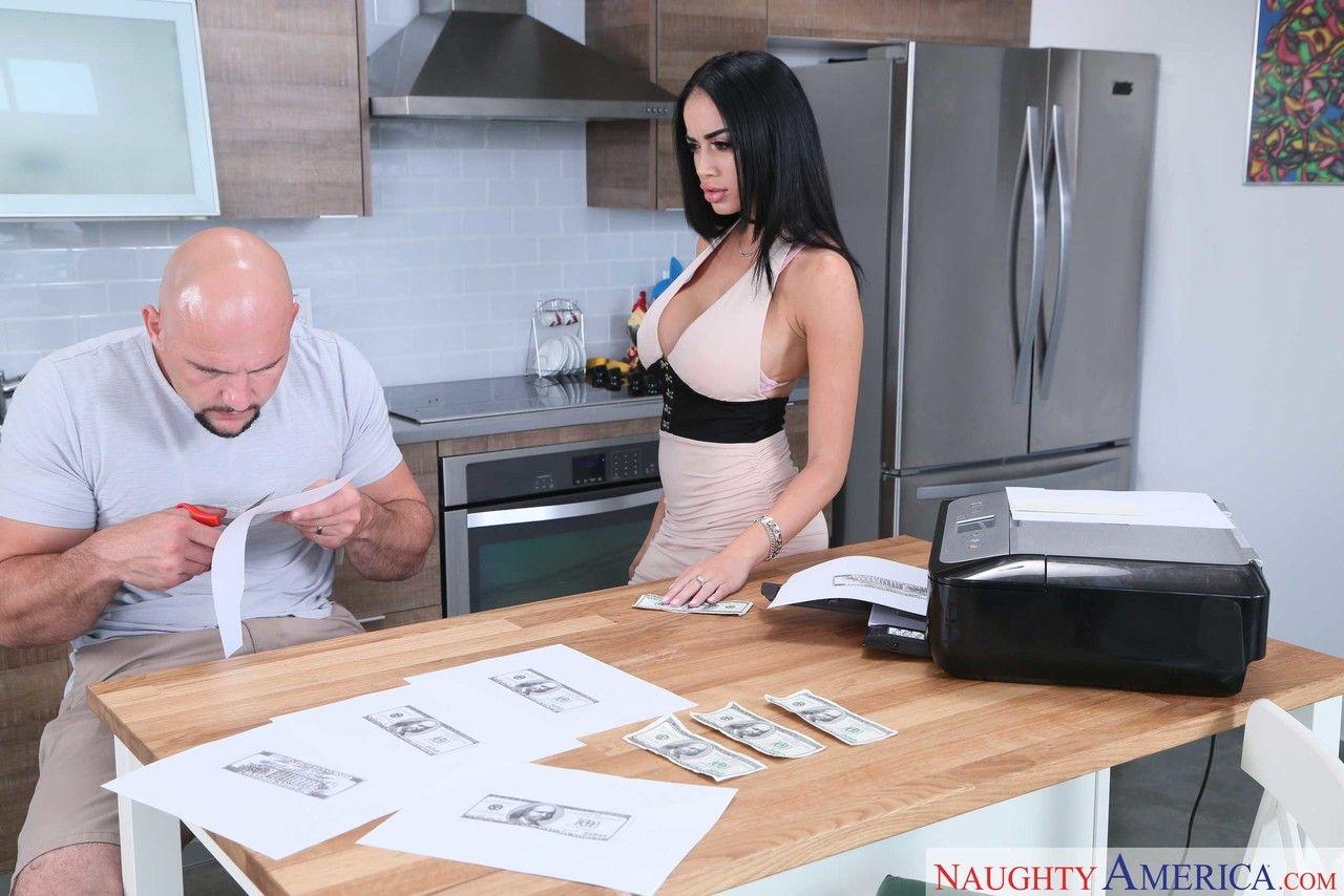 Morena seduzindo homem na cozinha e dando a xota nas fotos de sexo