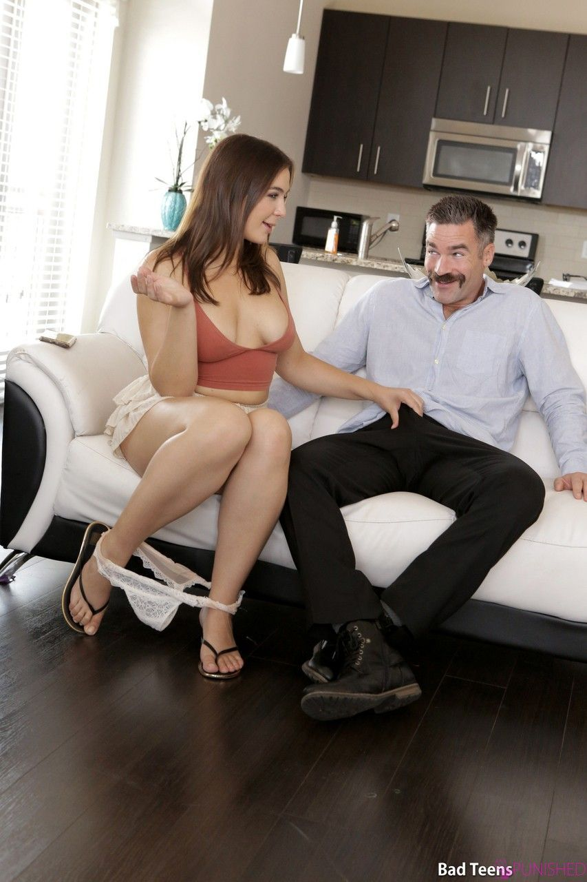 Moreninha nua abre as pernas e trepa tão gostoso, que tesuda!