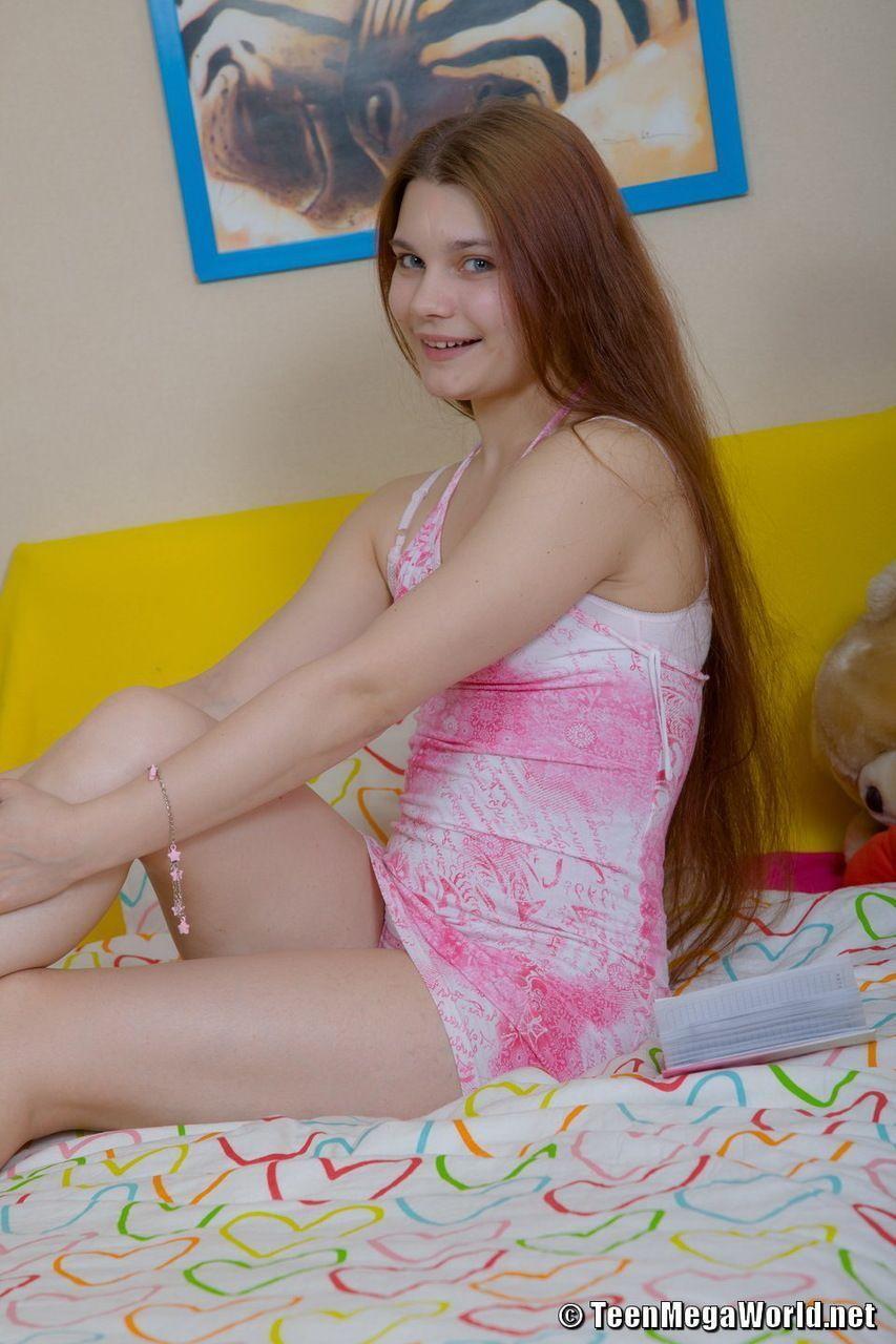 Adolescente novinha tirando a calcinha para se masturbar gostoso em fotos online