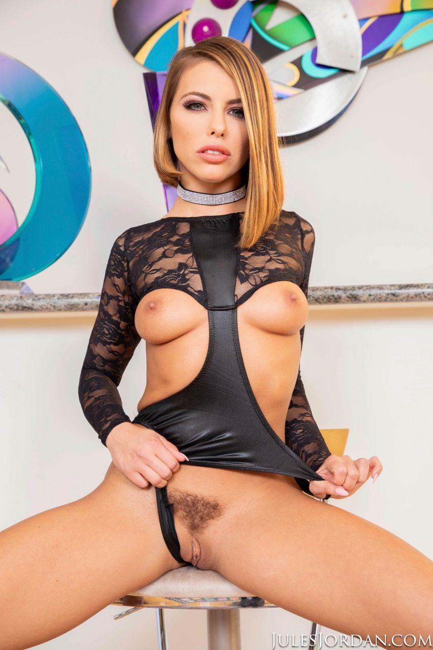 Adriana Chechik em sexo anal com dois homens dotados