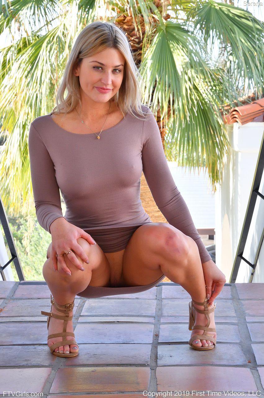 Bunduda sem calcinha por baixo do vestido se exibindo em fotos