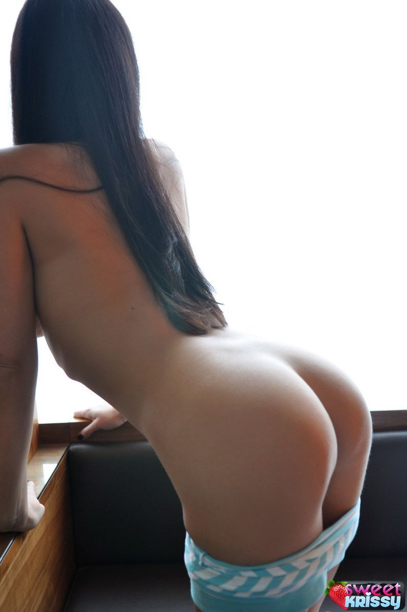 Magrinha de peitos grandes usando calcinha fio dental e ficando nua em fotos
