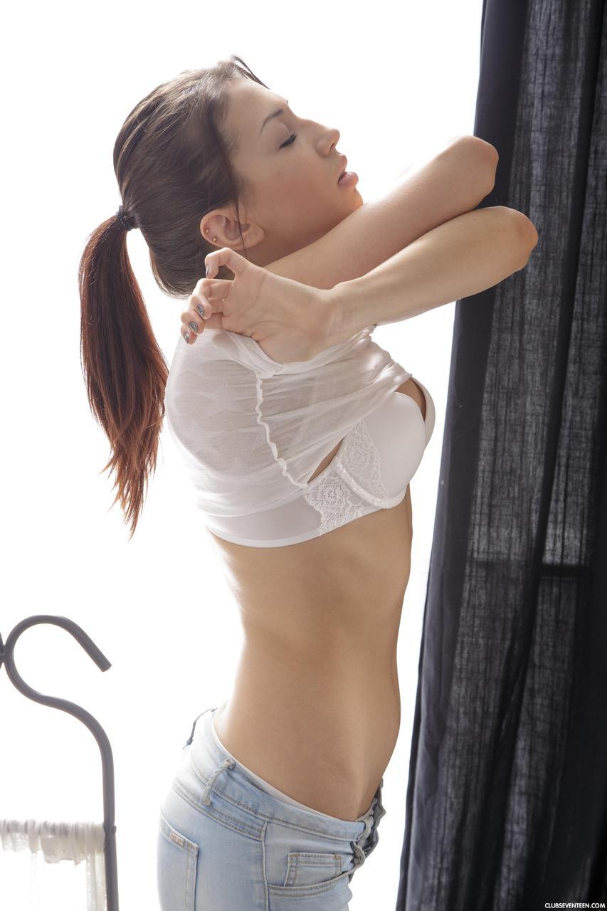 Magrinha ficando pelada e fazendo sexo gostoso em fotos com massagista