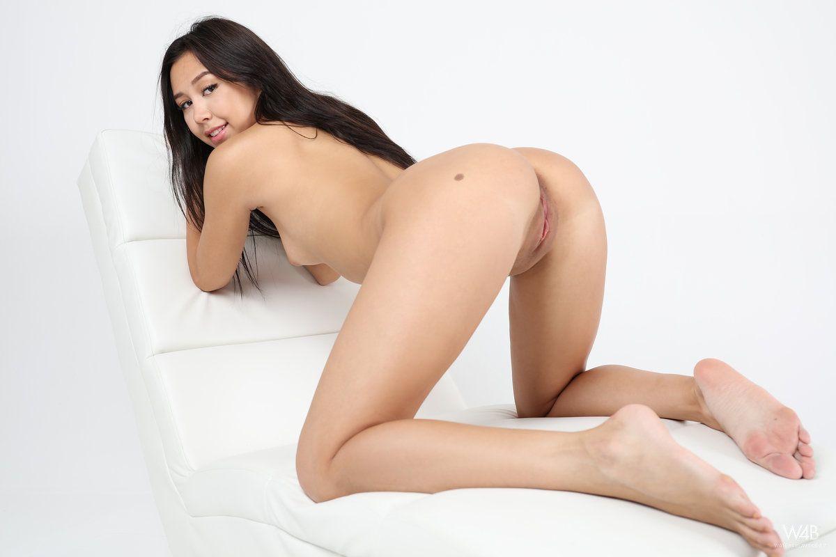 Menina novinha de cabelos longos ficando nua