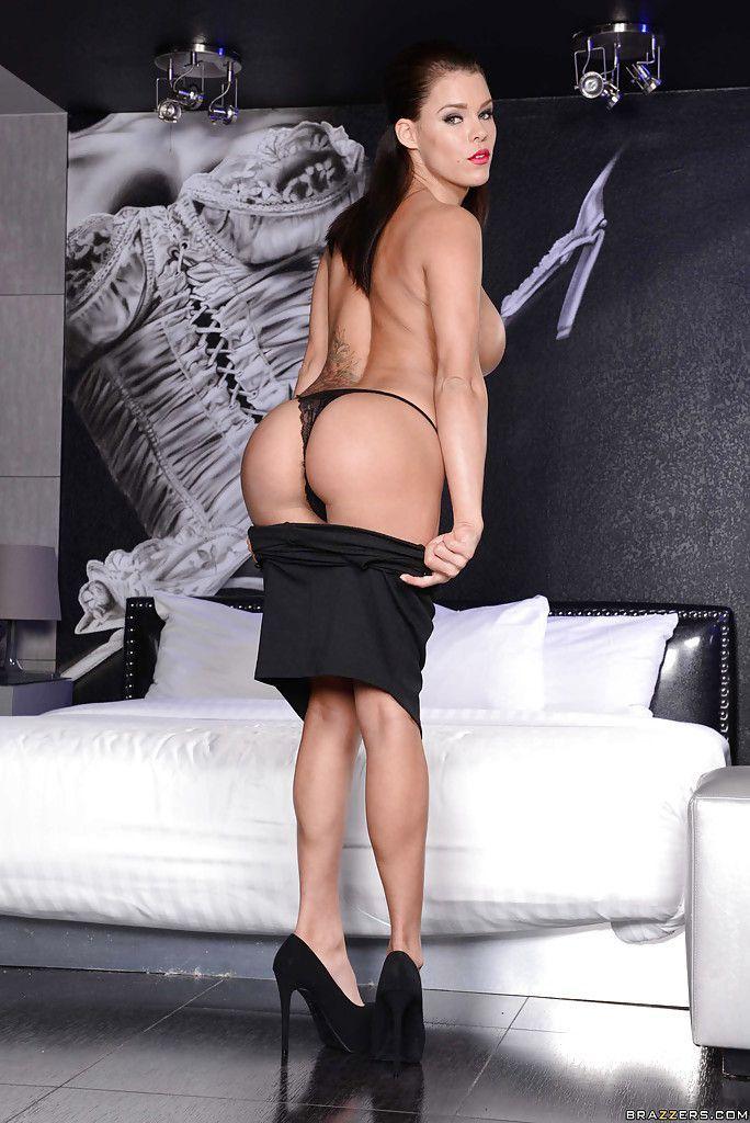 Peta Jensen é uma magrinha tetuda de calcinha sexy toda peladinha