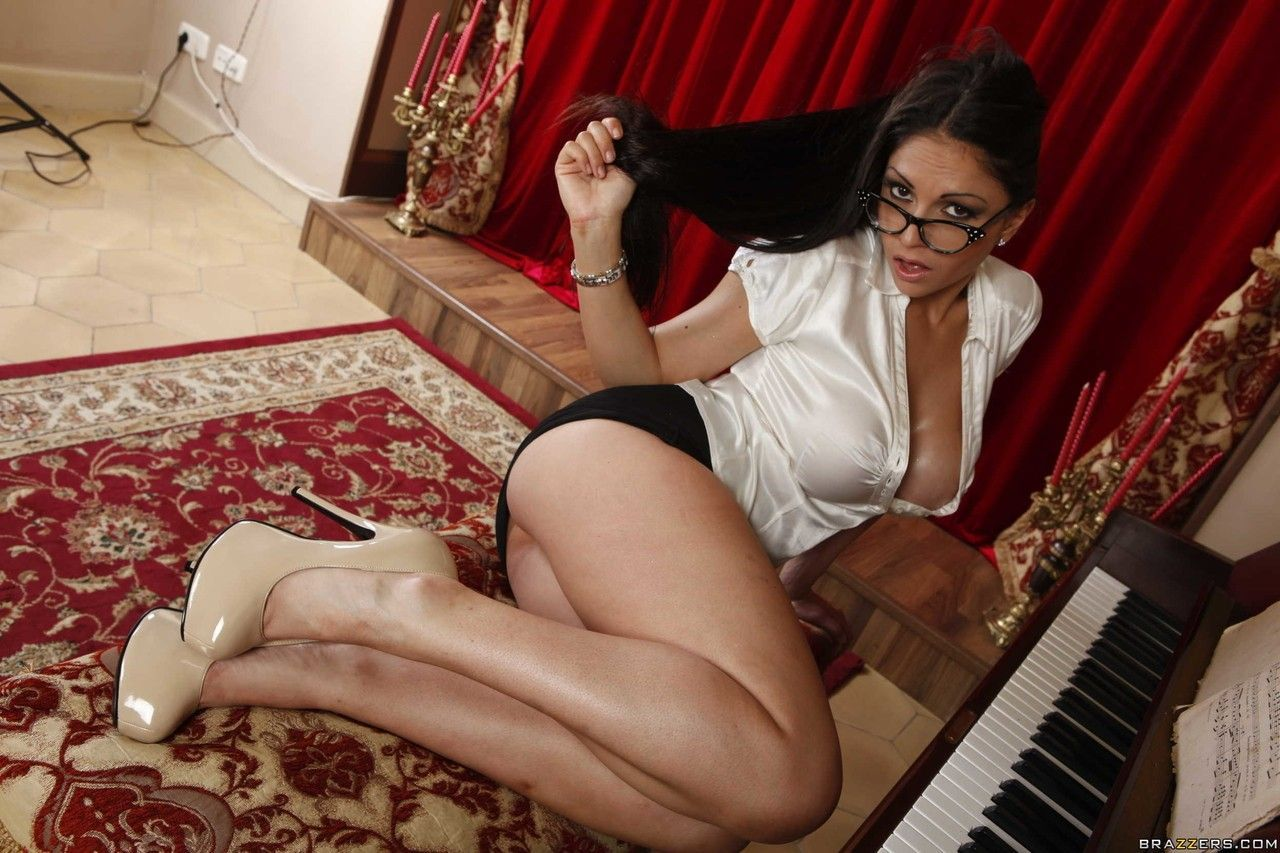 Secretária Marta La Croft totalmente pelada e gostosa em fotos